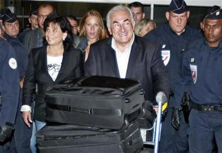 Former IMF chief Dominique Strauss-Kahn (C) and his wife Anne Sinclair (2nd L) arrive at Charles-de-Gaulle airport in Roissy near Paris September 4, 2011. REUTERS/Eric Gaillard