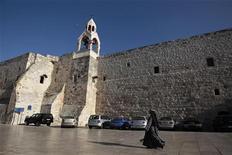 Freira passa pela igreja da Natividade, em Belém, na Cisjordânia, na quinta-feira. A Unesco concedeu o status de Patrimônio Mundial ameaçado e recursos para reparos ao local visto por cristãos como o berço de Jesus. 28/06/2012 REUTERS/Ammar Awad