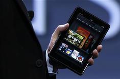 O presidente-executivo da Amazon, Jeff Bezos, segura um Kindle Fire numa entrevista coletiva em Nova York. A Amazon.com planeja abrir sua loja digital de livros no Brasil no quarto trimestre de 2012, buscando obter uma fatia no mercado online de rápido crescimento do país que inspirou o nome da empresa. 28/09/2011 REUTERS/Shannon Stapleton