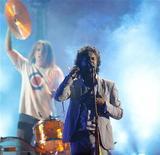 Wayne Coyne, dos Flaming Lips, apresenta-se na gravação de um programa em Los Angeles, nos Estados Unidos. A banda de rock bateu nesta semana um recorde de Guinness ao realizar oito shows em 24 horas, superando a marca que pertencia a Jay-Z. 12/07/2008 REUTERS/Mario Anzuoni