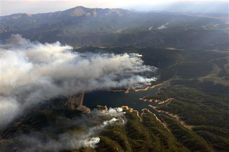 Smoke rises around Rampart Reservoir from Waldo canyon wildfire in this aerial photograph taken in Colorado Springs, Colorado on June 27, 2012. REUTERS/John Wark