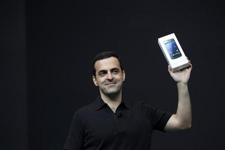 Hugo Barra, director of product management of Google, holds a Samsung Galaxy Nexus mobile phone during Google I/O 2012 Conference at Moscone Center in San Francisco, California June 27, 2012. REUTERS/Stephen Lam