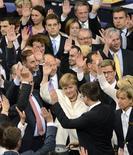 <p>La chancelière allemande Angela Merkel au Reichstag, à Berlin. Le parlement allemand a approuvé vendredi à une large majorité le pacte budgétaire européen et le Mécanisme européen de stabilité financière (MES), le fonds d'urgence permanent de la zone euro. /Photo prise le 29 juin 2012/REUTERS/Fabian Bimmer</p>