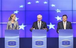 El Grupo de los 20 dijo el viernes que los acuerdos alcanzados en una cumbre de la Unión Europea constituyen pasos significativos hacia la estabilización de los mercados financieros y la supervivencia del euro. En la imagen, la primera ministra danesa Helle Thorning-Schmidt, el presidente del consejo europeo Herman Van Rompuy y el presidente de la comisión José Manuel Durao Barroso en una rueda de presna tras la cumbre de la UE en Bruselas, el 29 de junio de 2012. REUTERS/François Lenoir