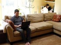 <p>Le gouvernement examinera en 2013 une possible extension de la redevance audiovisuelle aux écrans d'ordinateur afin de sécuriser les moyens alloués à l'audiovisuel public, une taxe qui ne s'appliquerait qu'aux foyers n'ayant pas de télévision et qui ne viendrait pas s'ajouter à la redevance déjà existante. /Photo d'archives/REUTERS/Joshua Lott</p>