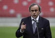 O presidente da UEFA, Michel Platini, fala durante uma entrevista coletiva no Estádio Nacional em Varsóvia, na Polônia. A Eurocopa de 2020 pode acontecer em 12 ou 13 cidades ao longo da Europa, ao invés de ser disputada em apenas um ou dois países, disse Platini. 12/04/2012 REUTERS/Kacper Pempel