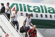 Os jogadores italianos Riccardo Montolivo (segundo à esquerda), Emanuele Giaccherini (centro) e Salvatore Sirigu (segundo à direita) desembarcam do avião da seleção ao chegar ao aeroporto de Kiev, na Ucrânia. 30/06/2012 REUTERS/Gleb Garanich