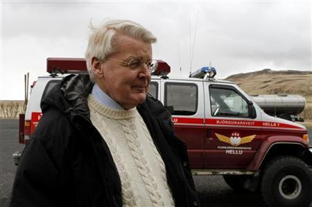 Iceland's President Olafur Grimsson makes a visit to Eyjafjoll April 18, 2010. REUTERS/Ingolfur Juliusson