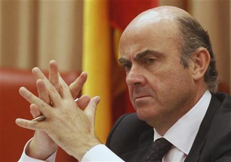 Spain's Economy Minister Luis de Guindos listens to a question during a parliamentary hearing at the Spanish parliament in Madrid June 26, 2012. REUTERS/Andrea Comas