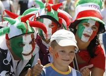 Torcedores da Itália posam para uma foto na área de torcedores da Eurocopa em Kiev, na Ucrânia. 1/07/2012 REUTERS/Gleb Garanich