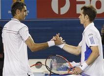 O britânico Andy Murray e o croata Marin Cilic cumprimentam-se após uma partida em Melbourne, na Austrália. O croata tenta bater Murray na quarta rodada de Wimbledon na segunda-feira. 28/01/2010 REUTERS/Tim Wimborne