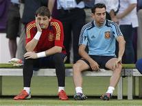 O goleiro da seleção espanhola Iker Casillas (esquerda) e Xavi Hernández esperam para começar uma sessão de treinamento no estádio Olímpico em Kiev, na Ucrânia. 30/06/2012 REUTERS/Darren Staples