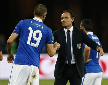 Italy's coach Cesare Prandelli (R) comforts Leonardo Bonucci after losing their Euro 2012 final soccer match against Spain at the Olympic stadium in Kiev July 1, 2012. REUTERS/Eddie Keogh