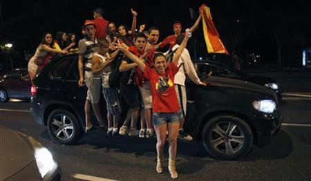 Spain's soccer fans celebrate their country's victory over Italy in the Euro 2012 final soccer match held in Kiev, along a street in Madrid early July 2, 2012. REUTERS/Javier Barbancho