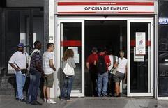 <p>Le taux de chômage dans la zone euro a atteint 11,1% en mai, son plus haut niveau depuis la création de la monnaie unique. Il a augmenté de trois dixièmes en Espagne, à 24,6% et d'un dixième de point en France, à 10,1%. /Photo prise le 4 juin 2012/REUTERS/Andrea Comas</p>