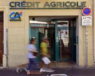 <p>Crédit Agricole, qui discute de la vente de sa filiale grecque Emporiki Bank avec plusieurs établissements financiers, gagne 6,51% à la mi-séance, la plus forte hausse du CAC 40. /Photo d'archives/REUTERS/Jean-Paul Pélissier</p>