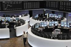 <p>Les Bourses européennes sont en hausse à la mi-séance, les investisseurs espérant de nouvelles mesures pour sortir de la crise après l'accord européen intervenu à Bruxelles. À Francfort, le Dax avançait de 0,89% et à Paris, le CAC 40 progressait de 1,02%. À Londres, le FTSE prenait 0,62%. /Photo prise le 2 juillet 2012/REUTERS/Alex Domanski</p>