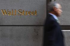 <p>Wall Street a débuté la semaine plutôt en hausse lundi, mais l'euphorie provoquée par l'accord au sommet européen laisse de nouveau place à l'inquiétude pour la croissance économique. Après une dizaine de minutes d'échanges, le Dow Jones gagnait 0,04%, le Standard & Poor's progressait de 0,17% et le Nasdaq de 0,19%. /Photo d'archives/REUTERS/Eric Thayer</p>