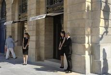 <p>Louis Vuitton a fait son entrée lundi dans le club très fermé des joailliers de la place Vendôme pour prendre sa part d'un marché en forte croissance et poursuivre la construction de son image d'acteur du très grand luxe. /Photo prise le 2 juillet 2012/REUTERS/Philippe Wojazer</p>