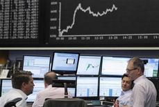 Трейдеры работают в зале Франкфуртской фондовой биржи, 2 июля 2012 г. Европейские фондовые рынки завершили торги понедельника на двухмесячном максимуме, так как инвесторы наращивали активы в ожидании дальнейших действий регуляторов. REUTERS/Alex Domanski