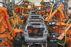 Robôs constroem carros em fábrica da Ford em São Bernardo do Campo, São Paulo. A venda de automóveis e comerciais leves novos em junho disparou 24 por cento na comparação com maio, ajudando a indústria a encerrar o primeiro semestre no mesmo nível de licenciamentos dos seis primeiros meses de 2011. 14/06/2012 REUTERS/Paulo Whitaker