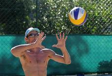 Emanuel treina em um clube do Rio de Janeiro para os Jogos Olímpicos de Londres. Ao lado do parceiro Alison, estreante, ele vai disputar sua 5a Olimpíada. 29/06/2012 REUTERS/Sergio Moraes