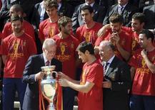 Capitão da seleção espanhola, Iker Casillas, leva o troféu da Euro 2012 para o rei da Espanha, Juan Carlos, um dia após a vitória por 4 x 0 sobre a Itália na final disputada na Ucrânia. 02/07/2012 REUTERS/Dominique Faget/Pool