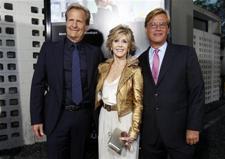 Creator and executive producer Aaron Sorkin (R) poses with cast members Jane Fonda and Jeff Daniels at the premiere of the HBO television series ''The Newsroom'' at the Cinerama Dome in Los Angeles, California June 20, 2012. REUTERS/Mario Anzuoni