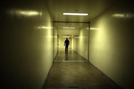 A sheriff's deputy walks down a hallway at the Orange County jail in Santa Ana, California, May 24, 2011. REUTERS/Lucy Nicholson