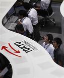 Участники торгов на Токийской фондовой бирже, 18 июня 2012 года. Азиатские фондовые рынки выросли до максимумов нескольких недель в надежде на новые стимулирующие меры центробанков вслед за слабой экономической статистикой США и Европы. REUTERS/Yuriko Nakao