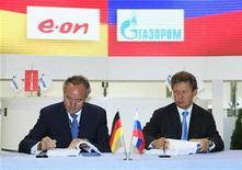 Руководители Газпрома и E.ON Rurhgas AG подписывают соглашение в Санкт-Петербурге, 5 июня 2009 года. Российский экспортный монополист Газпром и немецкая E.ON согласовали цену российского газа по долгосрочным контрактам и подписали во вторник соответствующее соглашение, сообщили компании. REUTERS/Pool/Dmitry Lovetsky