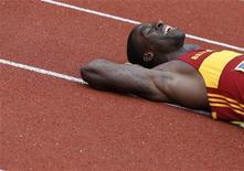 Dwain Chambers deita na pista após vencer a eliminatória final de 100 metros dos Jogos Olímpicos, em Birmingham, na Inglaterra. 23/06/2012 REUTERS/Phil Noble