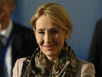 J.K. Rowling, a autora da série Harry Potter, comparece a uma cerimônia na Universidade de Edinburgh, na Escócia. A capa da primeira obra de ficção adulta da escritora ostenta um grande X preto no que parece ser uma cédula eleitoral, diante de um fundo amarelo e vermelho. 7/11/2011 REUTERS/David Moir
