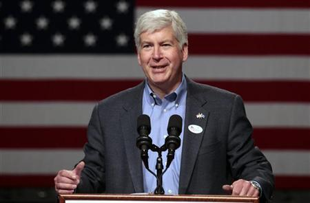 Michigan Republican Governor Rick Snyder introduces Mitt Romney, Republican presidential candidate and former Massachusetts governor, during a rally at Lansing Community College in Lansing, Michigan May 8, 2012. REUTERS/Rebecca Cook
