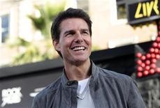 """O ator Tom Cruise posa para foto durante a pré-estreia de """"Rock of Ages"""", em Hollywood, nos Estados Unidos, em junho. 08/06/2012 REUTERS/Mario Anzuoni"""