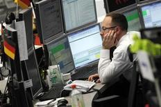 Трейдер на Франкфуртской фондовой бирже, 27 июня 2012 года. Европейские рынки акций выросли до максимума двух месяцев на торгах вторника благодаря подъему акций компаний сырьевого сектора, в том числе ArcelorMittal, так как инвесторы надеются на то, что чиновники еврозоны примут дополнительные меры борьбы с кризисом. REUTERS/Alex Domanski
