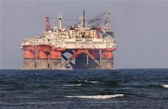 Буровая платформа компании Petroleos Mexicanos (PEMEX) около города Веракрус в Мексике, 7 июня 2012 года. Цены на нефть снижаются из-за фиксации прибыли после резкого роста накануне. REUTERS/Yahir Ceballos