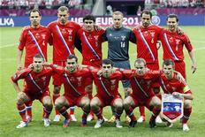 Национальная сборная России перед матчем с Польшей на чемпионате Европы в Варшаве 12 июня 2012 года. Сборная России сохранила 13-е место в рейтинге ФИФА, несмотря на не самое успешное выступление на завершившемся в воскресенье чемпионате Европы. REUTERS/Pascal Lauener