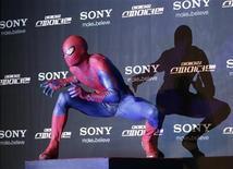 """<p>Un actor vestido de el Hombre Araña durante el estreno de la cinta """"The Amazing Spider-Man"""", en Seúl, jun 14 2012. La película """"The Amazing Spider-Man"""" llegó a los cines estadounidenses y canadienses y generó un récord sin precedentes de 35 millones de dólares para un estreno de un martes, dijo su distribuidora Sony Pictures Entertainment. REUTERS/Choi Dae-woong</p>"""