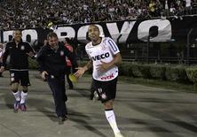 Emerson comemora um de seus gols na final da Libertadores contra o Boca Juniors, em que o Corinthians conquistou seu primeiro título da Copa Libertadores. 04/07/2012 REUTERS/Nacho Doce