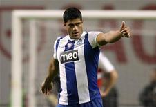 O jogador Hulk de Sousa, do Porto, comemora seu gol contra o Braga num estádio municipal em Braga, Portugal. O técnico Mano Menezes incluiu o atacante como um dos jogadores com mais de 23 anos para a Olimpíada de Londres. 7/05/2012 REUTERS/Miguel Vidal