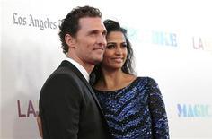 """Matthew McConaughey e sua esposa Camila Alves posam para foto na pré-estreia de """"Magic Mike"""" em Los Angeles, nos Estados Unidos, em junho. 24/06/2012 REUTERS/Mario Anzuoni"""