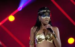 A cantora Rihanna se apresenta em Nova York, nos Estados Unidos, em maio. 14/05/2012 REUTERS/Andrew Kelly