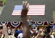 Um partidário levanta a mão e pede mais quatro anos de governo enquanto o presidente dos Estados Unidos, Barack Obama, discursa durante campanha para a sua reeleição, em Maumee, Ohio, Estados Unidos, nesta quinta-feira. 05/07/2012 REUTERS/Kevin Lamarque