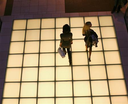 Women walk through a shopping mall in San Francisco, California January 5, 2012. REUTERS/Robert Galbraith