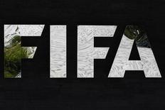 Логотип ФИФА в штаб-квартире организации в Цюрихе, 5 июля 2012 года. ФИФА и Международный совет футбольных ассоциаций (IFAB), отвечающий за установление и изменение футбольных правил, в четверг после многолетних дискуссий все-таки разрешили использование электронной системы для определения взятия ворот. REUTERS/Michael Buholzer