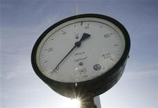 Датчик давления на газовой компрессорной станции в украинском поселке Боярка, 12 января 2009 года. Цена на импортируемый Украиной российский газ снизится до $417 за 1.000 кубических метров в четвертом квартале 2012 года с $426 в третьем квартале, сообщил украинский государственный энергохолдинг Нафтогаз. REUTERS/Konstantin Chernichkin