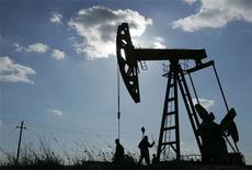 Станок-качалка в китайском городе Дацин, 18 марта 2006 года. Цены на нефть Brent опустились ниже $100 за баррель на фоне ожиданий, что правительство Норвегии положит конец забастовке нефтяников. REUTERS/Jason Lee