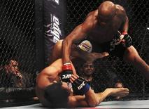 Campeão mundial Anderson Silva (alto) enfrenta o japonês Yushin Okami no UFC Rio, em agosto de 2011. REUTERS/Ricardo Moraes