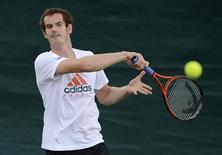 O britânico Andy Murray treina antes da partina final de Wimbledon contra Roger Federer, da Suiça, em Londres. 07/07/2012 REUTERS/Dylan Martinez
